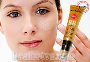 Chỉ với 55.000đ bạn sẽ sở hữu một Tuýp Kem nền B.B Sun 2 in 1 Kiss Beauty với dưỡng chất Vitamin E và chỉ số chống nắng cao SPF 50 PA +++ bảo vệ da tối ưu khi hoạt động ngoài trời nắng.