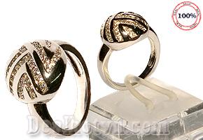 Nhẫn bạc 925 đính kim cương nhân tạo, thiết kế theo phong cách lãng mạn, giác cắt đẹp, sắc sảo và độ chiếu sáng lấp lánh hoản hảo, là món nữ trang quý phái dành cho phái đẹp. Giá 195.000đ.