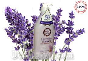 Sữa tắm Happy Bath Lavender Essence 900ml – hàng nhập khẩu từ Korea nhẹ nhàng làm sạch mọi lớp bụi bẩn, đồng thời giữ ẩm cho da nhờ dưỡng chất Olive, Tinh dầu Oải Hương tinh khiết cho bạn cảm giác thư giãn dịu nhẹ, giúp rũ bỏ mọi căng thẳng cuộc sống, giảm giá 180.000đ.