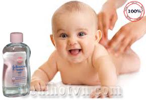 Tinh Dầu Massage Johnson's Baby 300ml - hàng nhập từ Italy dùng để massage cho giúp lưu thông máu, giữ ấm hoặc sử dụng lên những vùng da khô giúp làm mịn da, tóc bóng mượt…Giá bán 95.000đ.
