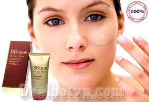 Kem Nền Chống Nắng BB Cream UV Sun Block SPF 50+/PA+++ vừa giúp trang điểm, che khuyết điểm, dưỡng da và chống nắng. Sản phẩm chiết xuất thiên nhiên nên rất an toàn và dịu nhẹ với làn da - Phù hợp với nhiều loại da, đặc biệt da nhờn, da khô, da mụn. Giá 95.000đ.