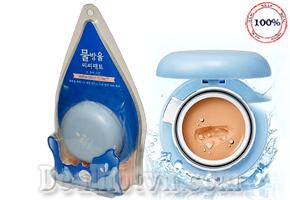 Phấn Tươi Holika Holika Water Drop CC Pact SPF50+/ PA+++ chứa đựng đầy đủ mọi tính năng và ưu điểm của phấn kem: tạo lớp nền che phủ mỏng mịn, trong suốt siêu khô thoáng, khả năng che phủ tốt. Giá 280.000đ.