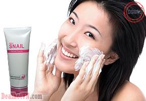 Sữa rửa mặt trắng da ốc sên Snail Facial Foam Mistine - Thái Lan có tác dụng tái tạo da, lấy sạch bụi bẩn và bã nhờn sâu bên trong làn da giúp giảm da nhờn hiệu quả, bảo vệ luôn khỏe. Giá 59.000đ.