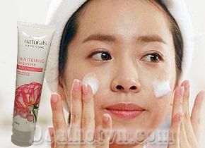 Thắp sáng làn da rạng rỡ mịn màng với sữa rửa mặt trắng da hoa hồng Avon Naturals Face Care Whitening Cleanser 100g hàng nhập khẩu từ Philippin. Giá 87.000đ.