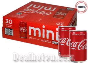 Thùng 30 lon Coca Cola mini 222ml/ Lon – nhập khẩu từ Mỹ loại nươc ngọt phổ biến, đem lại sự ngon miệng cho các món ăn và mang mọi người đến gần nhau hơn. Giá 500.000đ